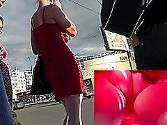 Free upskirt video of the sexy MILF in tight skirt